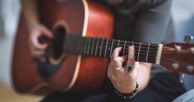 Ragazza che suona la chitarra